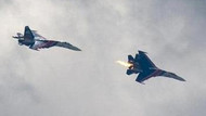 İki askeri jet havada çarpıştı, yerleşim yerine düştü! VİDEO