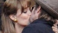 Brad Pitt ve Angelina ayrılık iddialarına öpüşerek yanıt verdi!