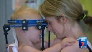 Başı vücudunun içinden kopan bebek hayata döndürüldü