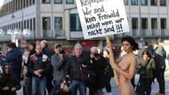 Almanya'daki toplu taciz skandalına çıplak protesto