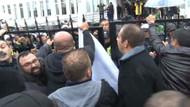 Lise öğrencileri  Başbakanlık binasının giriş kapısını kırdı