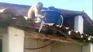 Alkol içirilen maymun elinde bıçakla çatıya çıktı