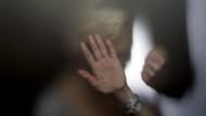 Asit saldırısından kurtulan görme engelli kadına tecavüz