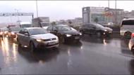 İstanbul'da sağanak yağış aniden bastırdı, hava karardı! Trafik felç