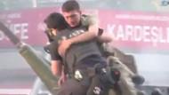 Tankta mahsur kalan ve linç edilmek istenen askeri polis böyle kurtardı!