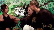Cara Delevingne, Suicide Squad oyuncularının meme uçlarını buluyor