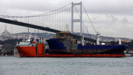 İstanbul Boğazı'ndan gemiyi taşıyan gemi geçti