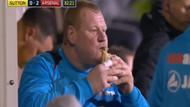 Dünyanın konuştuğu kaleci: takımın kulübesinde yemek yedi