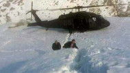 Fotoğraftaki Başbakan'ı gördünüz mü? Karların ortasında...