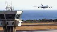 Atatürk Havalimanı'nda şaka gibi olay: Kule önümüzden araç geçti!