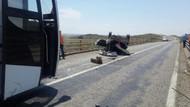 İnanılmaz ölüm: Kaza yapan arabadan fırlayan 2 kişiyi yolcu otobüsü ezdi