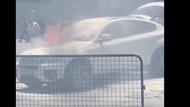 Taksim Meydanı'nda araç cayır cayır yandı