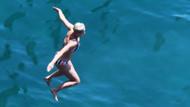 Katy Perry kayalıklara tırmandı ve suya daldı