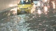 Avcılar'da alt geçidi su bastı, araçlarında mahsur kaldılar