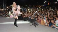 Aleyna Tilki mini eteği ve pembe ayıcığıyla sahneye çıktı