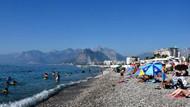 Konyaaltı plajı bayramda dolup taştı