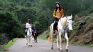 Rus güzeller at binip, eğlendi