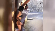 Bikiniyle karın üstüne atlayan genç kızlar