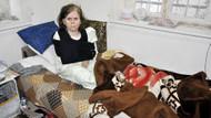 Komşusu yaşlı kadını kazma sapıyla dövdü