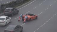 Yolda kalan Lamborghini'yi işçiler itti!