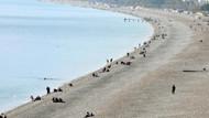 Konyaaltı sahilinde deniz ve güneş keyfi sürüyor
