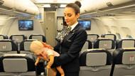 Uçakta panik anları! Bebek nefessiz kalınca hostes yardıma koştu