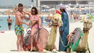 Danielle Lloyd bikiniyle deveye binmeye çalışınca