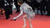 Kristen Stewart kırmızı halıda ayakkabılarını çıkarıp...