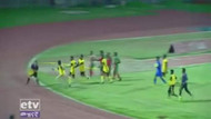Etiyopyalı futbolcular tartışmalı gol kararı yüzünden hakemi dövdü