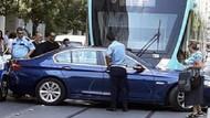 İzmir'de tramvay ile otomobil çarpıştı