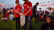 İzmir'de Muharrem İnce mitingi sonrası gençler çöpleri böyle topladı