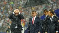 Kupa töreninde ilginç şemsiye detayı!