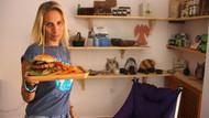 Ünlü sanatçı Zeynep Casalini sipariş alıp, garsonluk yapıyor