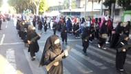 Endonezya'nın bağımsızlığı peçeli ve silahlı anaokulu çocuklarıyla kutlandı