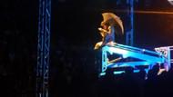Erdal Beşikçioğlu tiyatro oyununu vincin üzerinde sahneledi