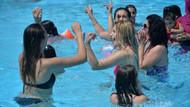 Adana'da havuzda Zafer Bayramı kutlaması