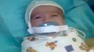 Kuvözdeki bebeğe korkunç emzik işkencesi kamerada