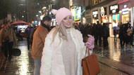 Taksim'de iş çıkışı kar yağışına yakalanan genç kadın şaşkına döndü