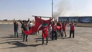 Patlama sesini duyan bayrağı alıp koşuyor
