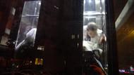 2'si bebek 5 kişi metrobüs asansöründe 45 dakika mahsur kaldı