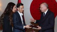 Mesut Özil ve Amine Gülşe Erdoğan'a düğün davetiyesi getirdi