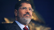 Darbeyle devrilen Mısır lideri Mursi mahkemede öldü