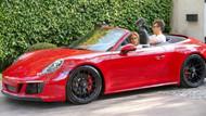 Jennifer Lopez'e sevgilisinden 50. yaş hediyesi: Kırmızı bir Porsche