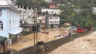 Borçka'da sel ve heyelan: Taşan dere karayolunu kapattı
