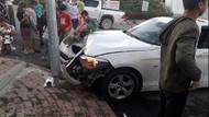 Ben bir öküzüm yazıp süslediği arabasıyla elektrik direğine çarptı