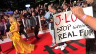 Jennifer Lopez,  yeni filmi Hustlers'ın galasında protesto edildi