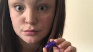 Annesinin titreşimli oyuncağını okula götüren küçük kız ortalığı karıştırdı