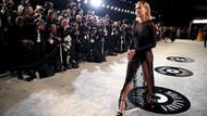 Hailey Bieber, Oscar partisine seksi gecelikle gitti!