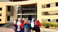 Liseli kızlar regl olmadıklarını kanıtlamak için soyunmaya zorlandı