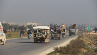 Çatışmalardan kaçan Suriyelilerin Türkiye sınırına ilerleyişi sürüyor
